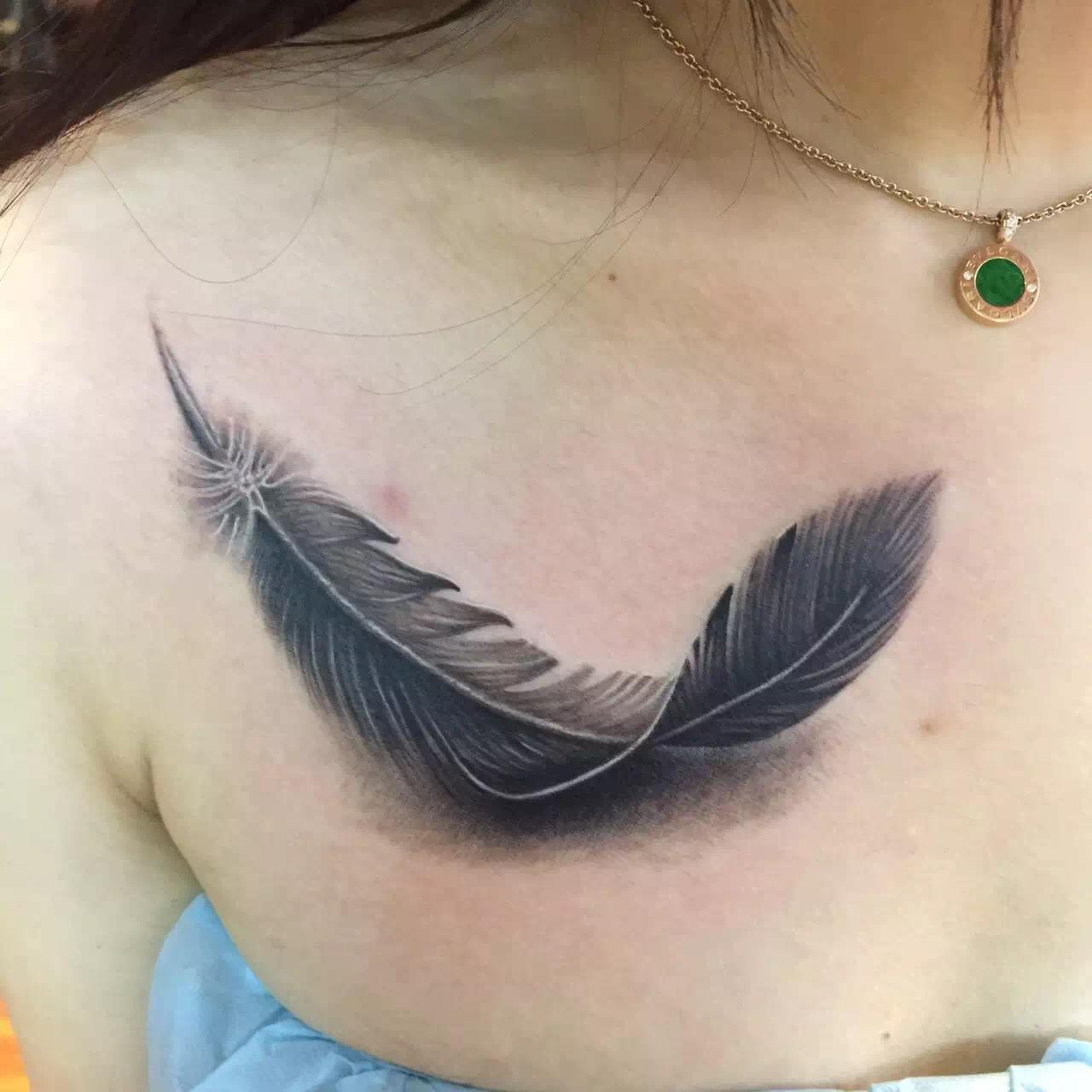 高端服装设计师李小姐锁骨下方的羽毛纹身图案