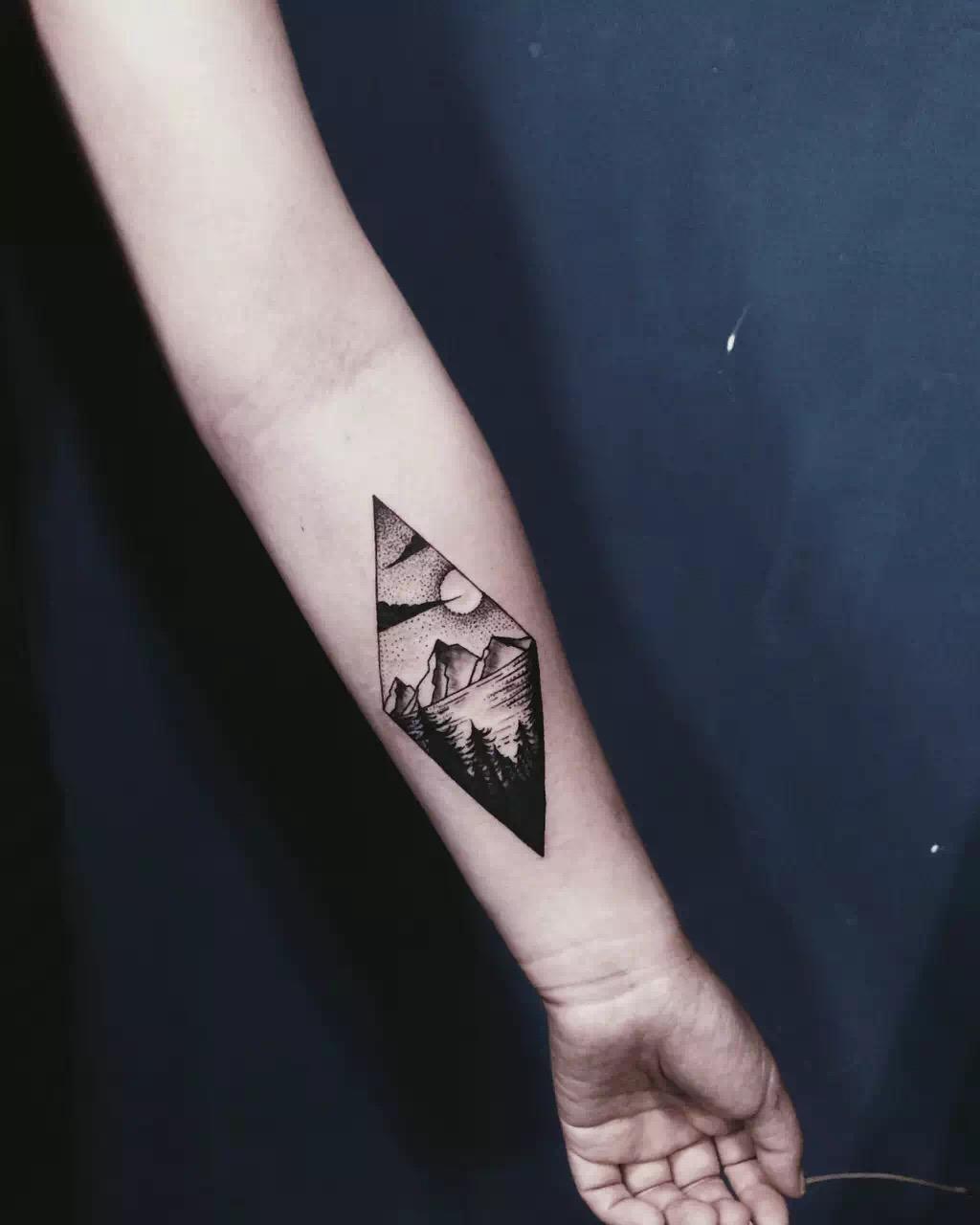 網紅主播小邱手臂上的菱形暮色風景紋身圖案