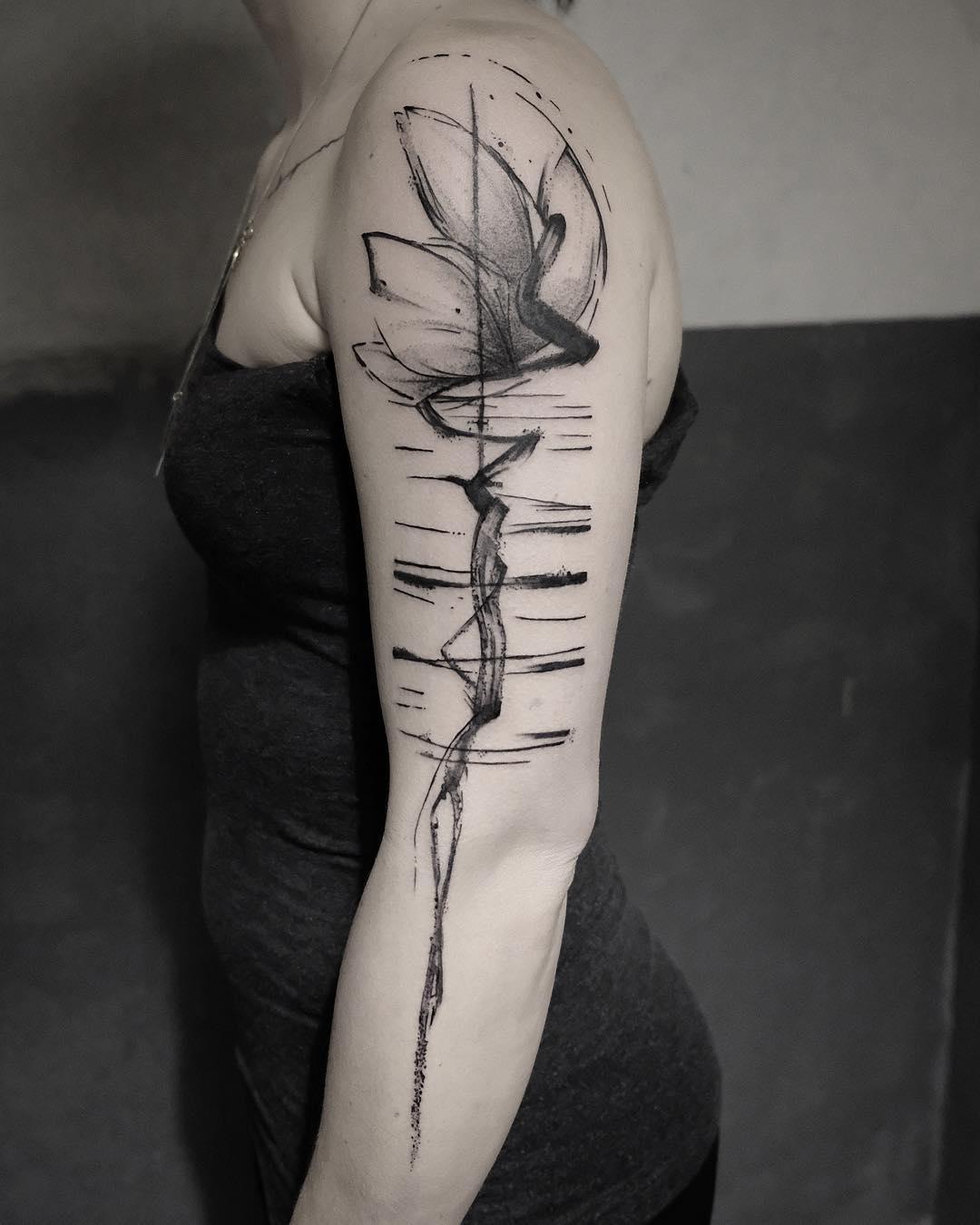 薛小姐手臂水墨荷花纹身图案