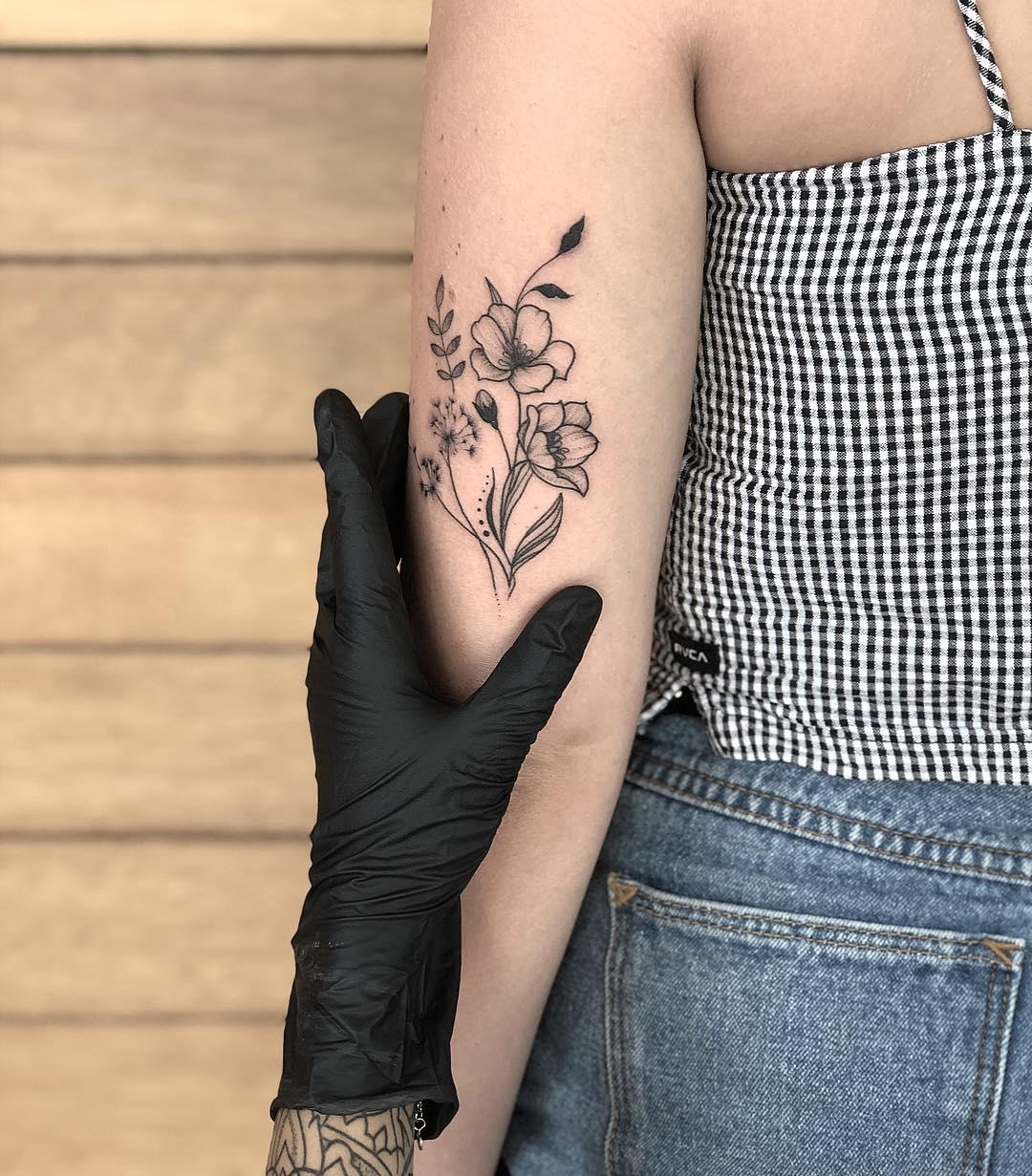 大臂小花纹身图案