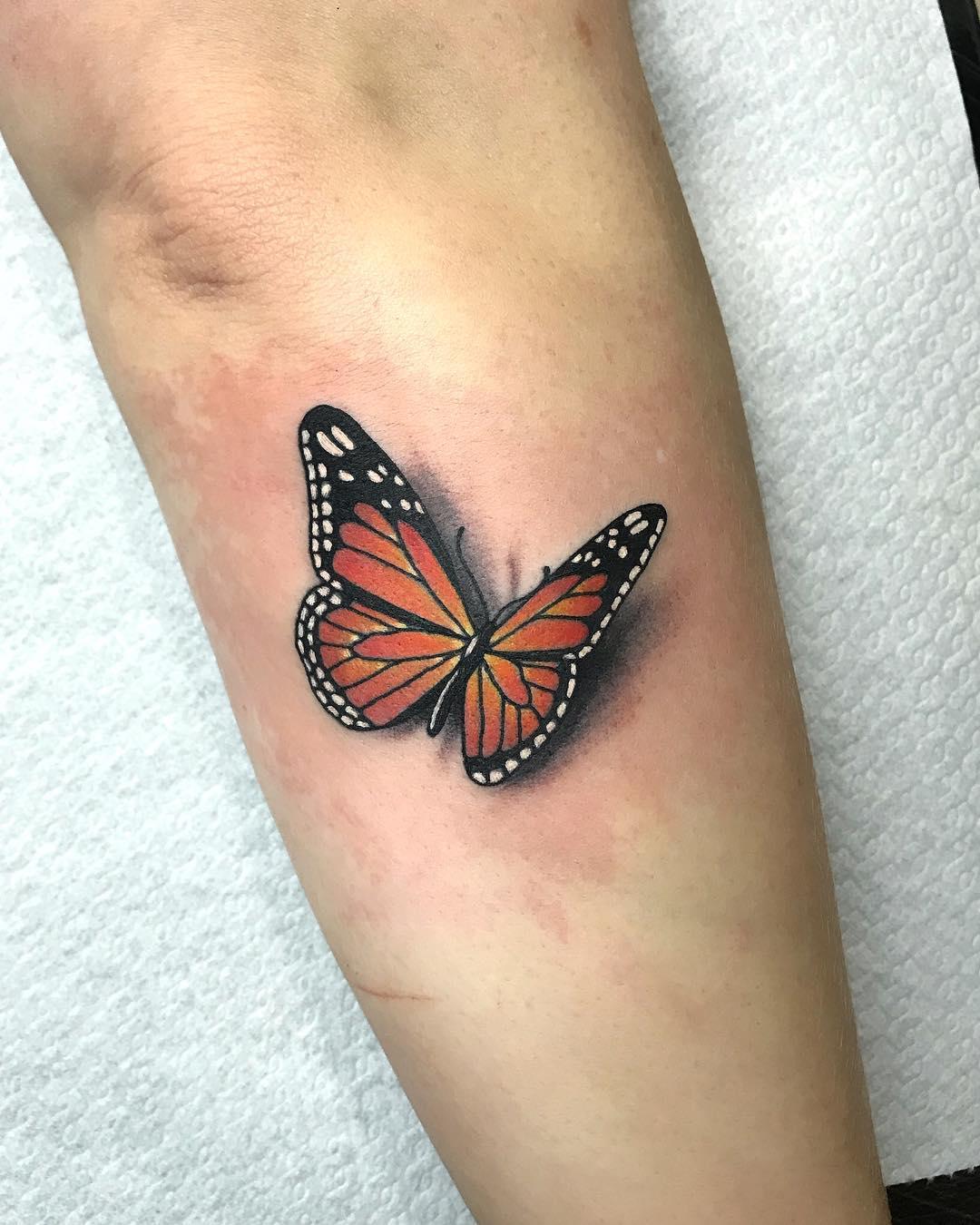 小臂彩色蝴蝶纹身图案
