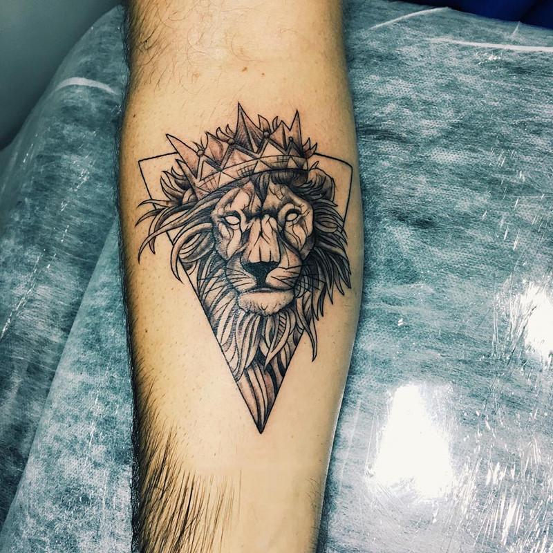 小臂黑灰蝴蝶匕首纹身图案         小臂黑灰几何玫瑰纹身图案