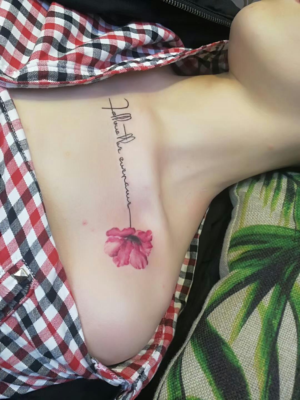 锁骨英文字罂粟花纹身图案